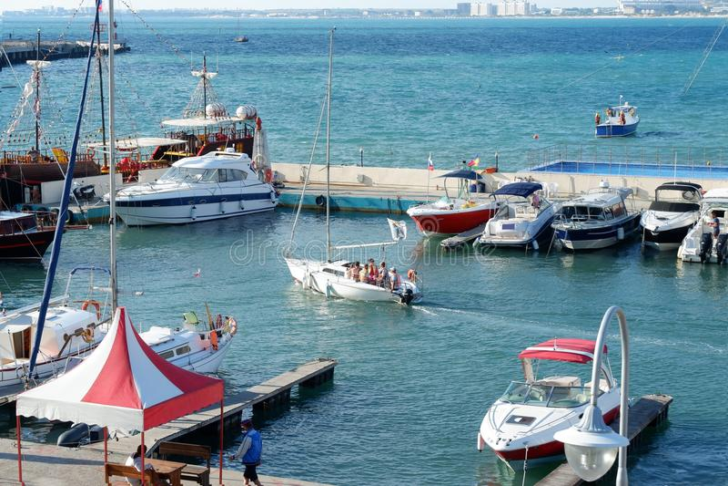Barcos amarrados y barcos de placer en la estación del mar en Anapa fotografía de archivo libre de regalías