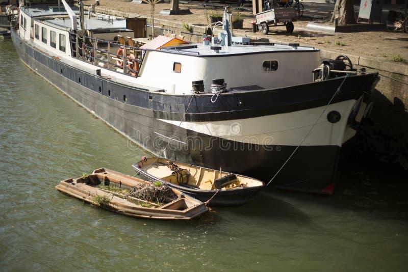 Barcos ancorados na margem, Rotterdam, Países Baixos imagem de stock