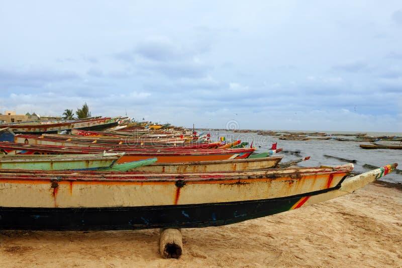 Barcos atlânticos dos pescadores da costa de África Senegal fotografia de stock