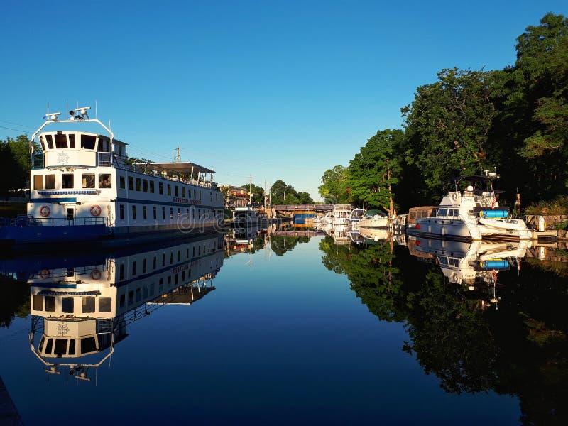 Barcos atracados en Bobcaygeon, Ontario en madrugada fotos de archivo