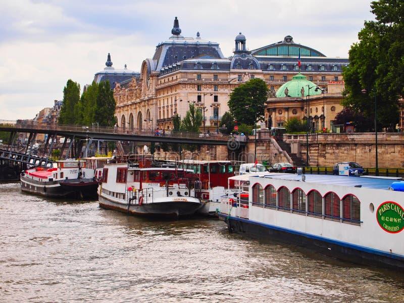 Barcos atracados en río Sena, París, Francia imagen de archivo