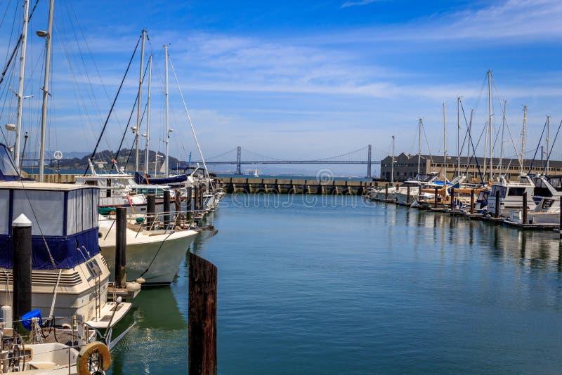 Barcos atracados en un puerto deportivo en San Francisco fotos de archivo