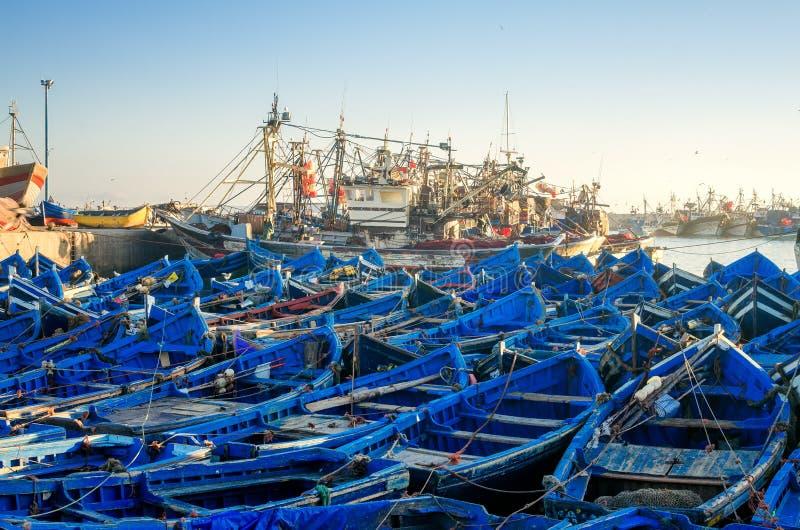 Barcos azuis de madeira do porto da cidade de Essaouira no nascer do sol em Marrocos, África Seascape calmo do oceano no por do s fotografia de stock royalty free
