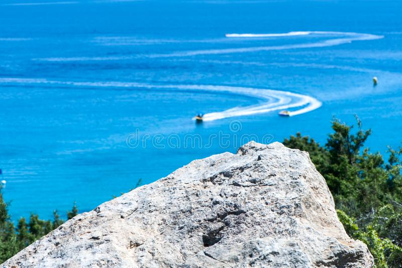 Barcos azules del mar y de la velocidad, el tema de vacaciones de verano, imagenes de archivo