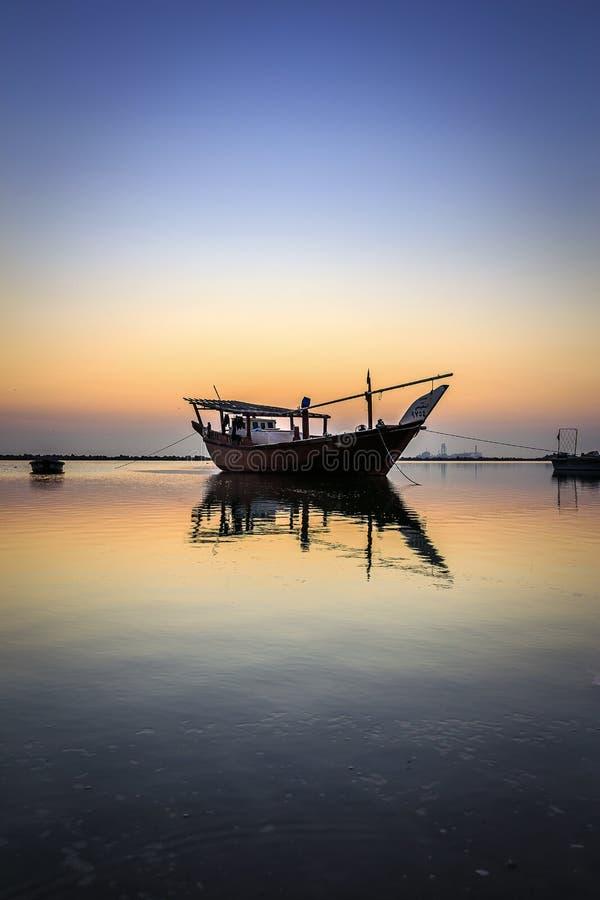 Barcos bonitos do por do sol no beira-mar com o c?u vermelho e escuro Dammam - saudita Ar?bia imagens de stock