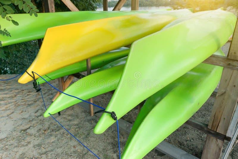Barcos caiaque, canoa, caiaque No banco de rio, armazenamento Resto ativo na cidade grande, no rio, imagem de stock royalty free