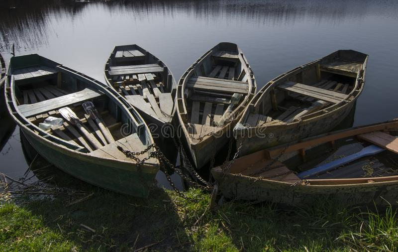 Barcos cerca de la orilla imagen de archivo