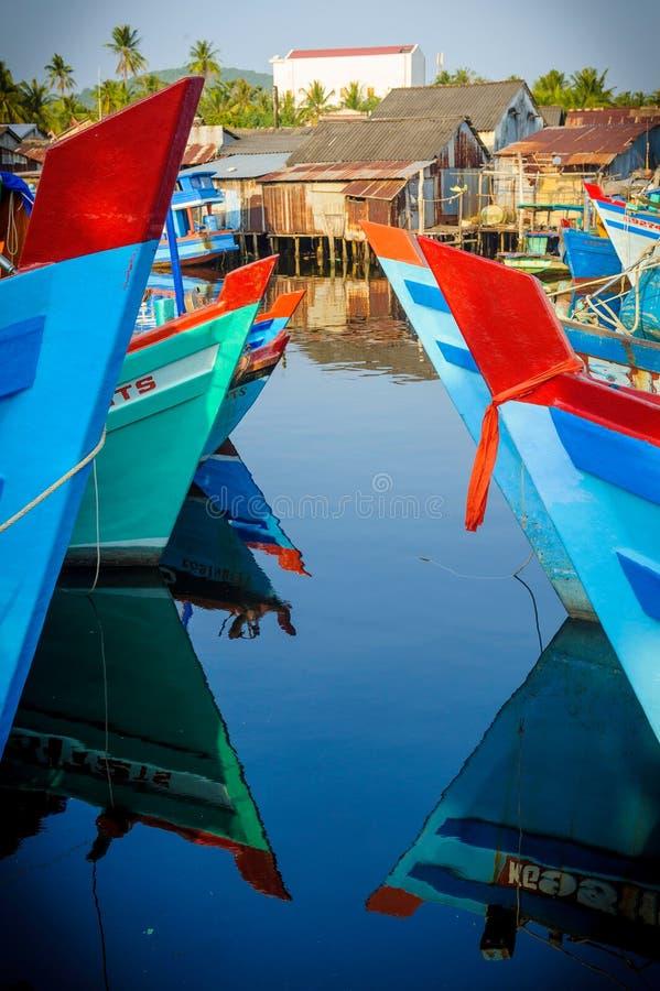 Barcos coloreados en la isla del quoc del phu, Vietnam foto de archivo