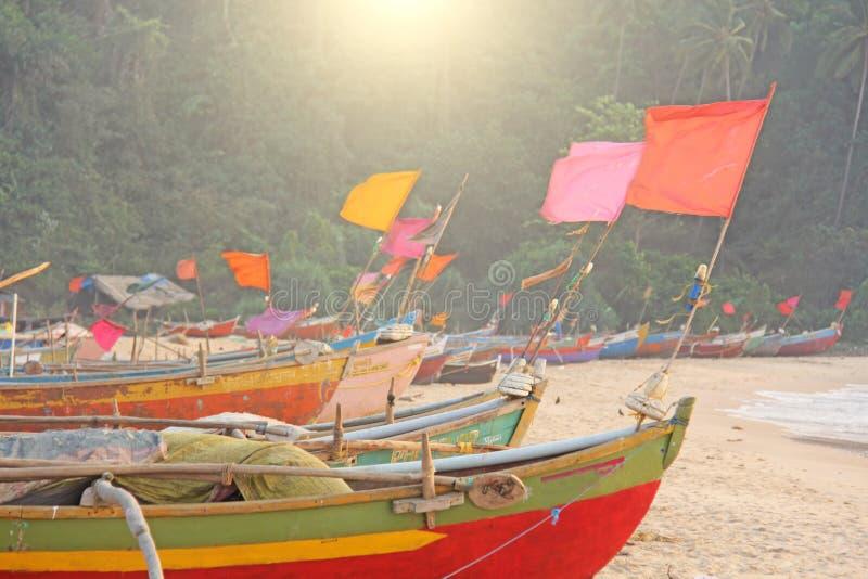 Barcos coloridos brilhantes com as bandeiras para os peixes de travamento estados no fotografia de stock royalty free