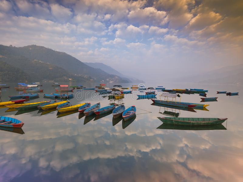 BARCOS coloridos de NEPAL no lago Nepal Phewa fotografia de stock