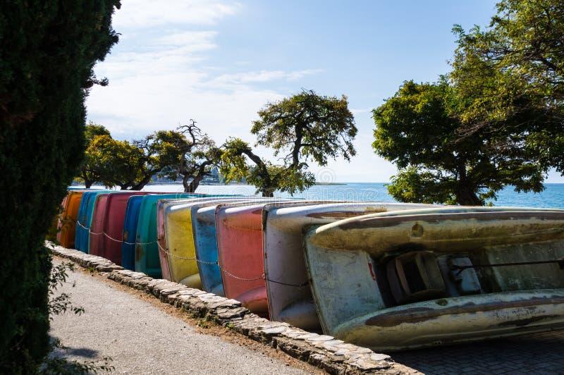 Barcos coloridos do pedal que obtêm armazenados fotografia de stock