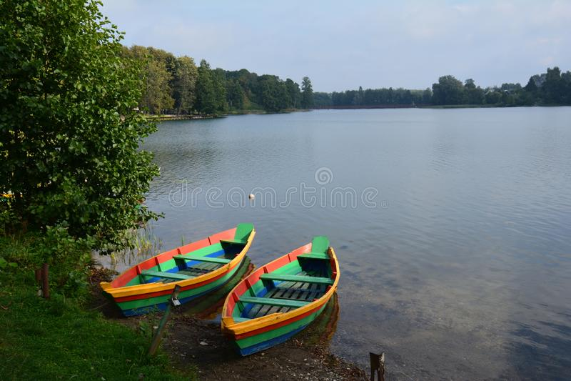 Barcos coloridos em um lago em Lituânia perto de Trakai imagem de stock royalty free