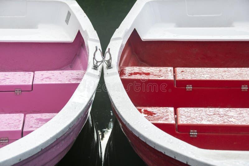 Barcos coloridos en el lago rojo en Rumania imagenes de archivo