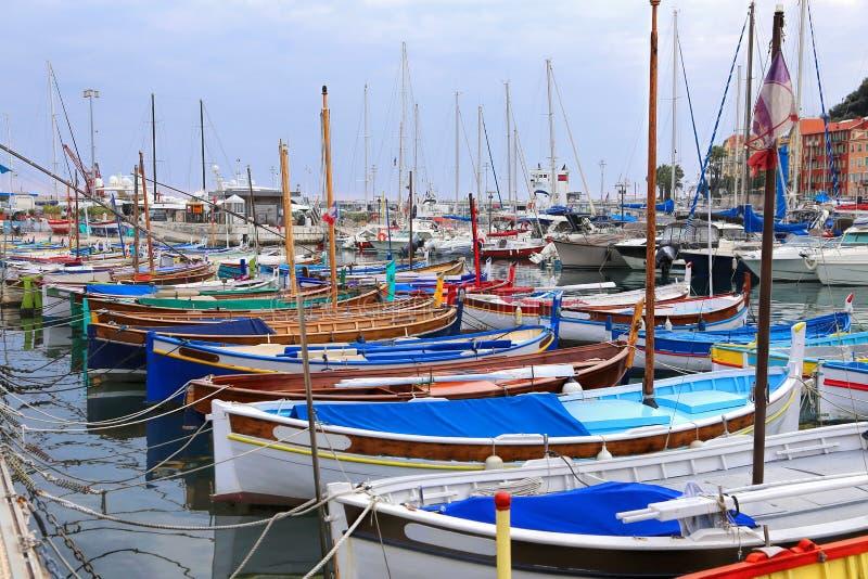 Barcos coloridos en el puerto de Niza, Cote d'Azur, riviera francesa imagen de archivo libre de regalías