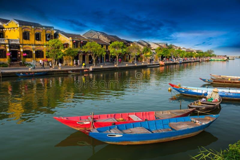Barcos coloridos, Hoian - Vietname imagens de stock