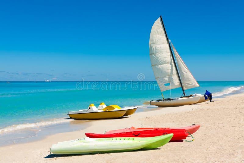 Barcos coloridos na praia cubana de Varadero fotografia de stock royalty free