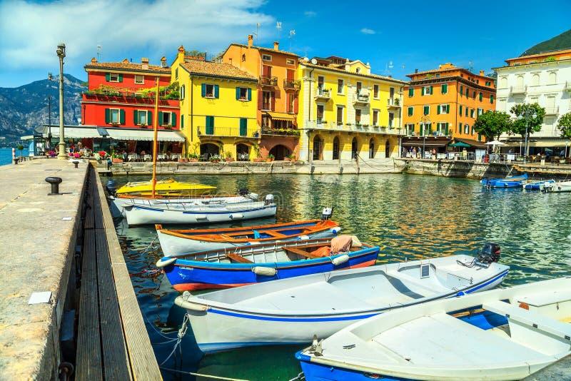 Barcos coloridos no porto de Malcesine, região de Vêneto, Itália, Europa imagem de stock royalty free