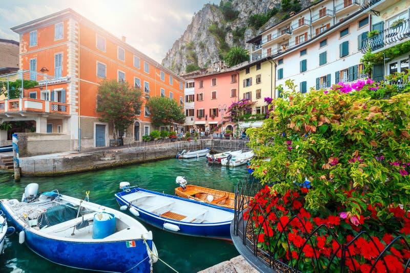 Barcos coloridos no porto do sul Garda de Limone, Lombardy, Itália imagem de stock