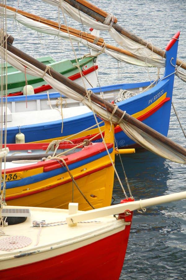 Barcos coloridos que descansan en el mar imagen de archivo libre de regalías