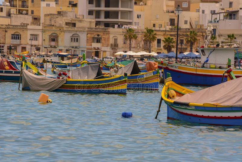 Barcos coloridos tradicionais de olhos Luzzu no porto da aldeia de pesca mediterrânica de Marsaxlokk, Malta fotos de stock