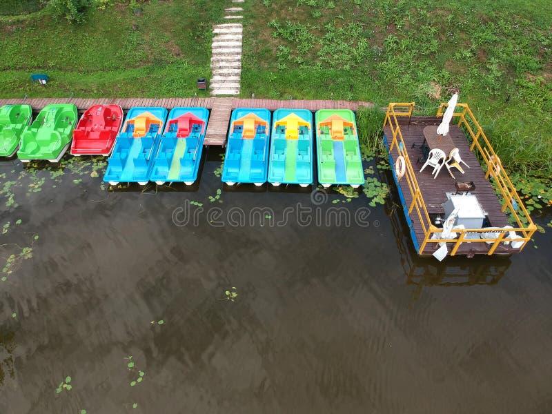 Barcos coloridos y pequeño embarcadero cerca de la costa, visión aérea imágenes de archivo libres de regalías