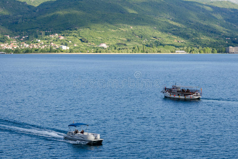 Barcos com os turistas no lago Ohrid, Macedônia imagem de stock