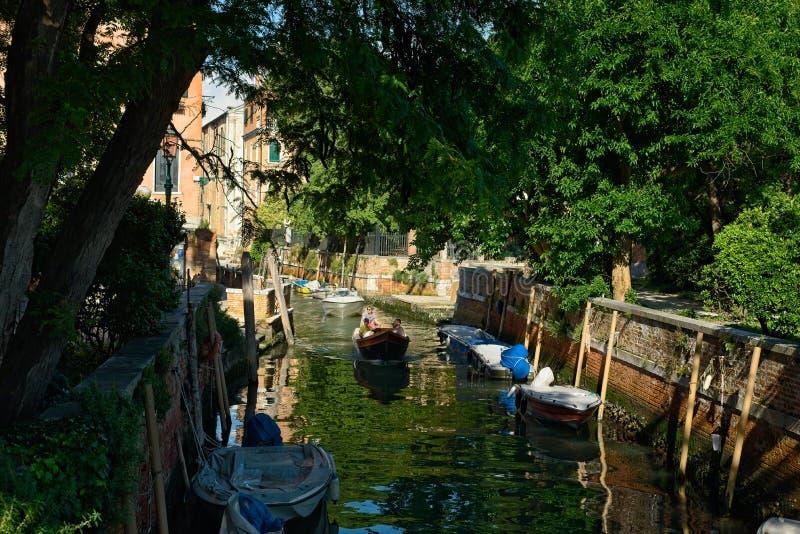 Barcos com um canal de Veneza tranquilo fotografia de stock