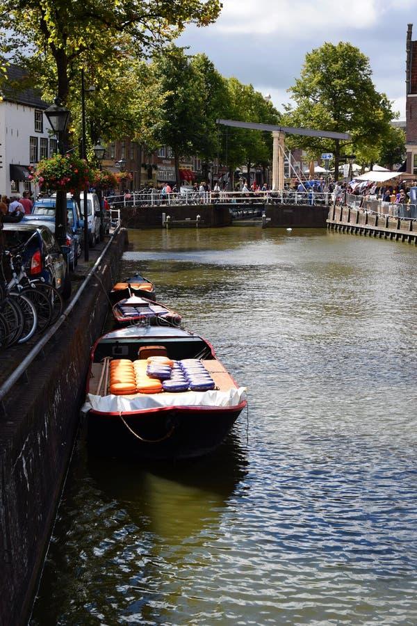 Barcos completos do queijo do Kaasmarkt na cidade holandesa de Alkmaar, a cidade com seu mercado famoso do queijo - viajando comp imagens de stock