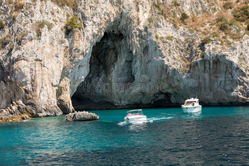 Barcos con los turistas cerca de Grotta Bianca y de Grotta Meravigliosa, Capri, fotos de archivo