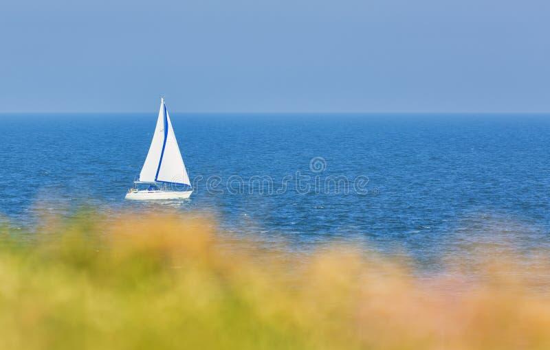 Barcos con velas blancas en el mar abierto imagen de archivo