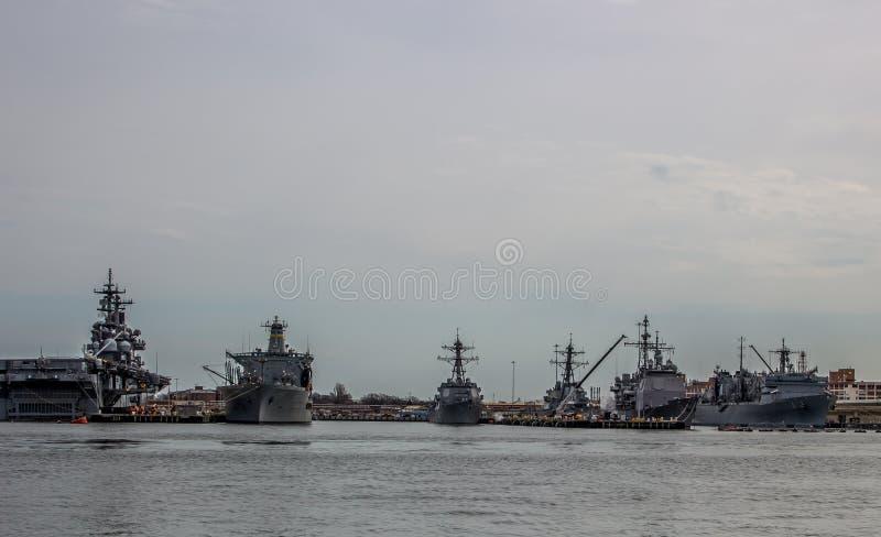 Barcos da Armada dos E.U. na jarda de Norfolk em Virgínia fotografia de stock royalty free