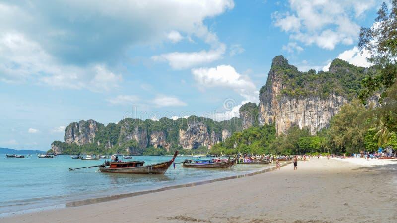 Barcos da cauda longa na praia de Railay, Krabi, Tailândia fotografia de stock royalty free