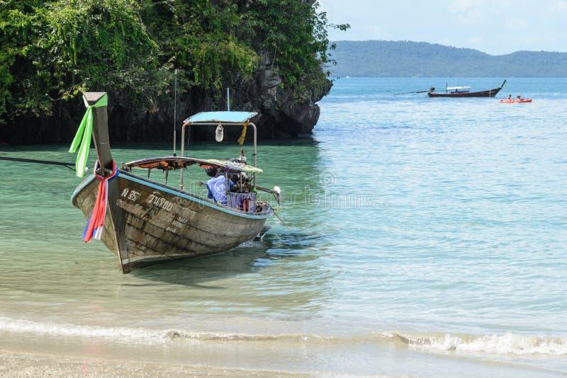 Barcos da cauda longa na praia de Railay, Krabi, Tailândia foto de stock