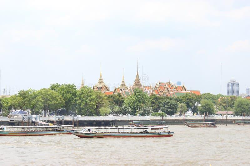 Barcos da excursão amarrados na frente do templo Banguecoque Tailândia imagem de stock royalty free