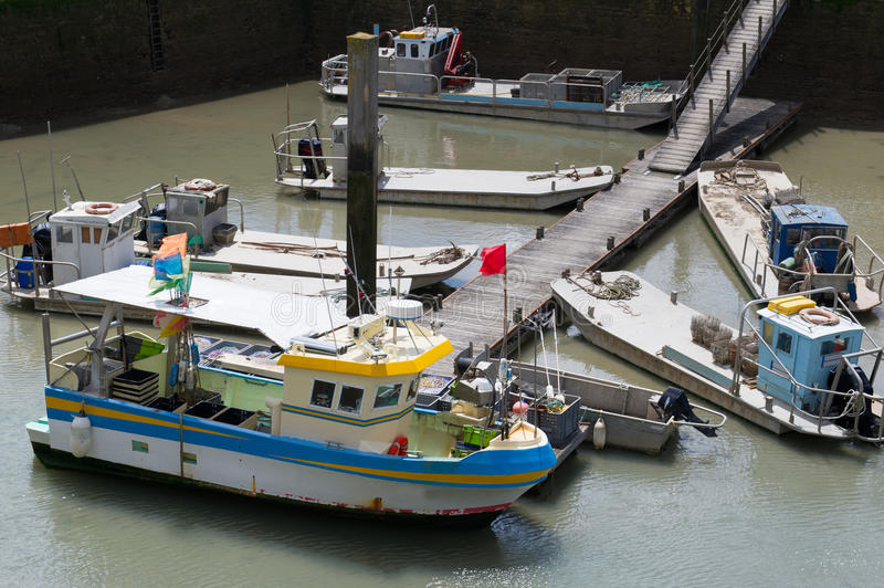 Barcos da ostra em Oleron francês foto de stock