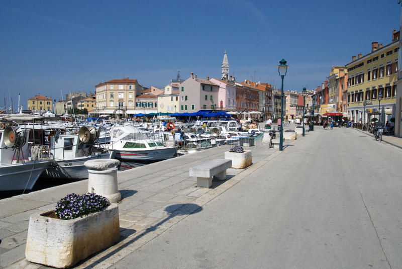 Barcos da passagem e de motor no porto de Rovinj foto de stock