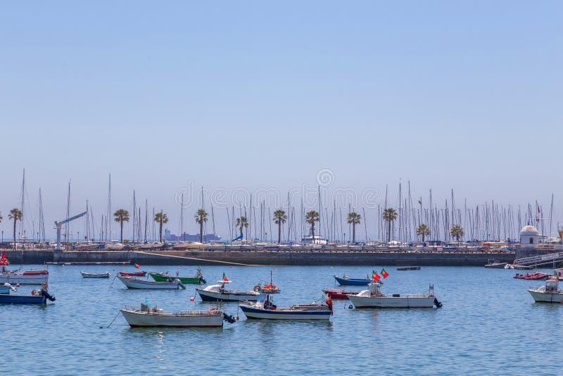 Barcos da pesca no fuzileiro naval da costa foto de stock