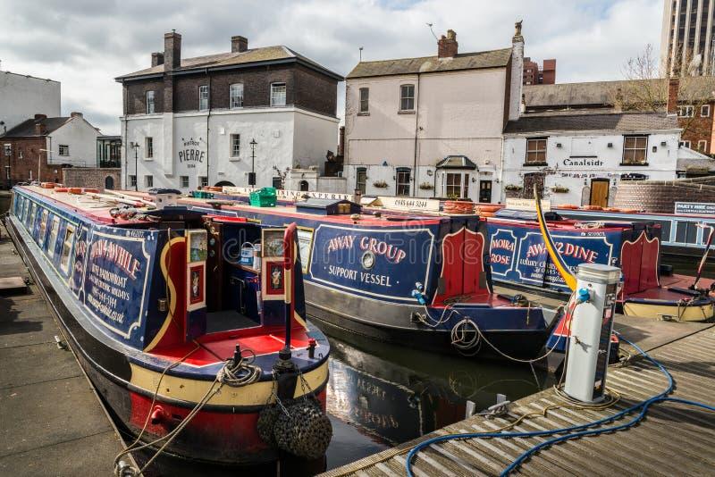 Barcos de canal estreitos coloridos na bacia da rua do gás foto de stock
