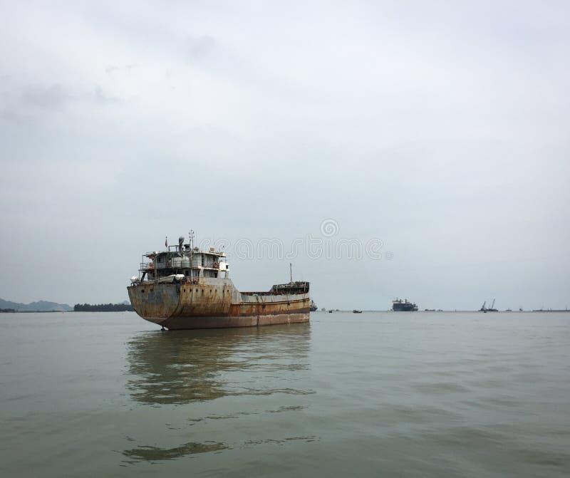 Barcos de carga no rio em Thai Nguyen, Vietname fotos de stock royalty free