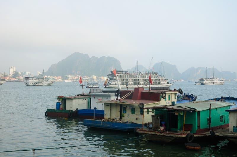 Barcos de casa e baía longa do Ha fotografia de stock royalty free