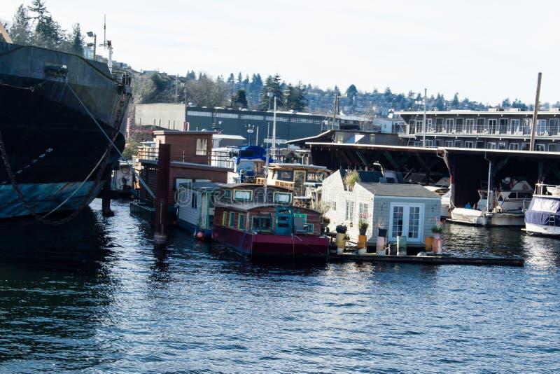 Barcos de casa em Salmon Bay transversalmente de Ballard ao lado de um navio imagem de stock