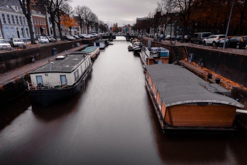 Barcos de casa en un canal en los Países Bajos fotografía de archivo