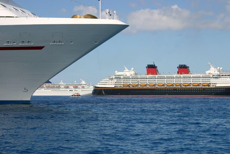 Barcos de cruceros anclados imagen de archivo