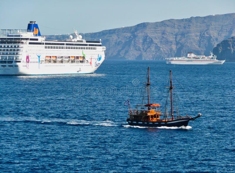 Barcos de cruceros, caldera de Santorini, Grecia imágenes de archivo libres de regalías