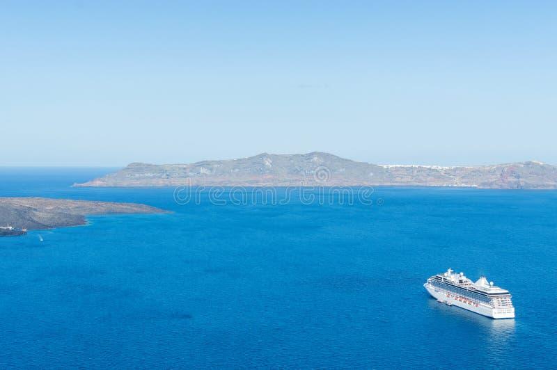 Barcos de cruceros, caldera y volcán de lujo cerca de Fira, capital de la isla del Egeo griega, Santorini, Grecia Panorama fotos de archivo libres de regalías