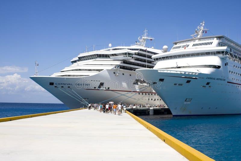 Barcos de cruceros en acceso fotos de archivo