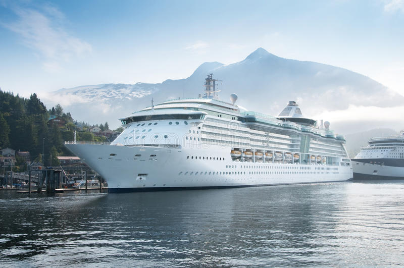 Barcos de cruceros en Alaska foto de archivo