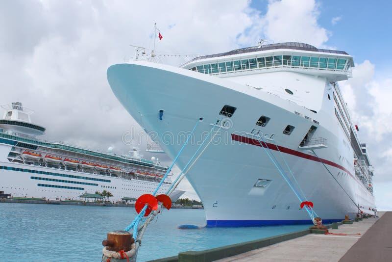 Barcos de cruceros en el acceso de Nassau imagenes de archivo