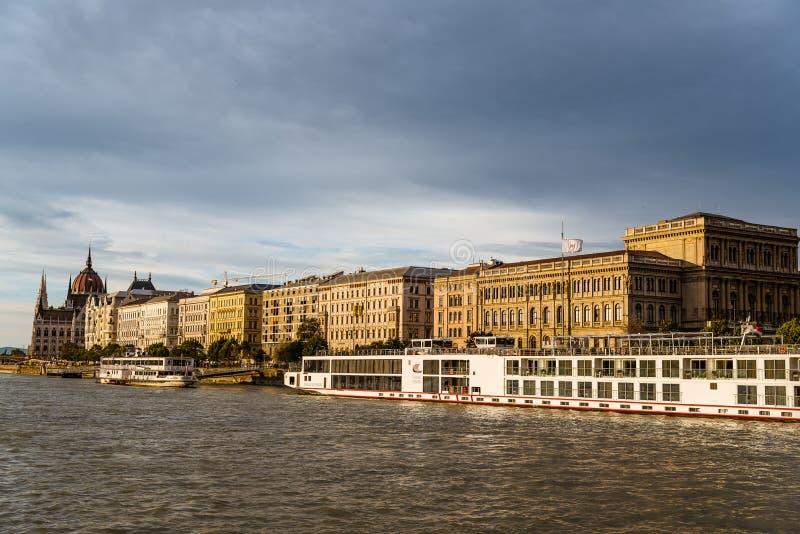 Barcos de cruceros en el río Danubio en Budapest foto de archivo