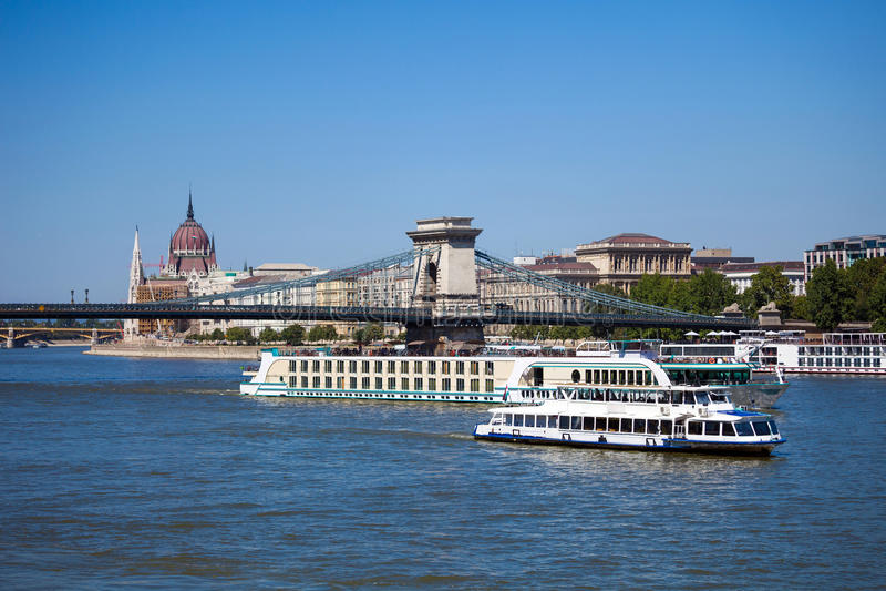 Barcos de cruceros en el río Danubio en Budapest imágenes de archivo libres de regalías